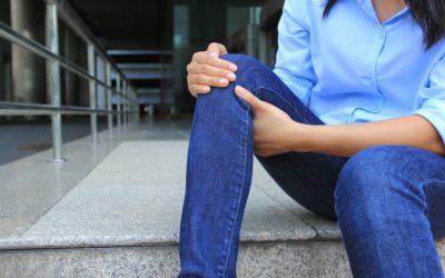 Ból kolana po wewnętrznej stronie – przyczyny bólu kolana z boku
