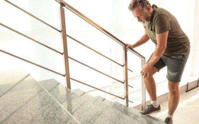 Ból kolana przy chodzeniu – jak leczyć kłucie w kolanie podczas chodzenia?